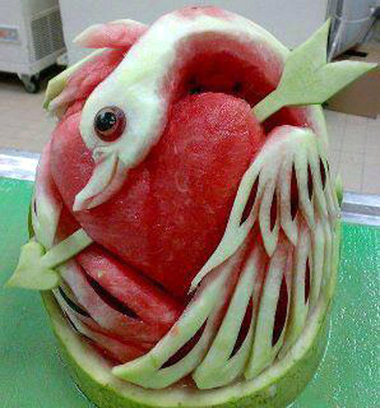 Umetnost u lubenici - Page 8 Swan-heart-watermelon-carving-art